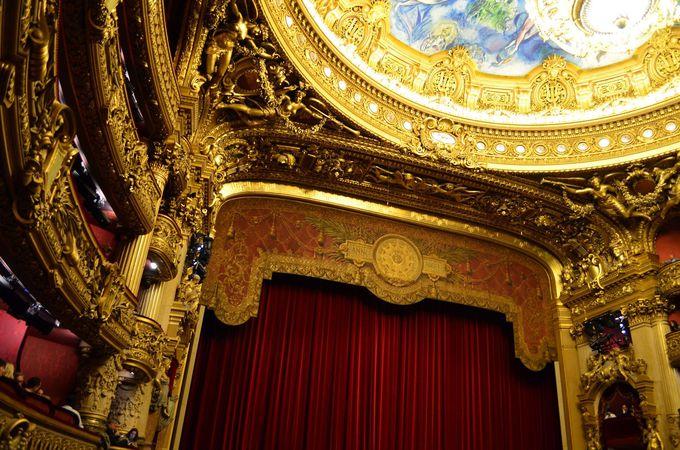 金色の装飾に囲まれた美しい講堂