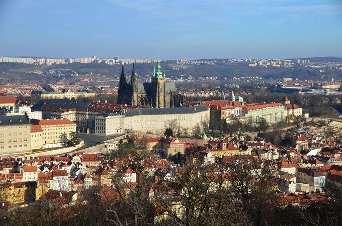 歴史の街並みを見下ろすプラハ城