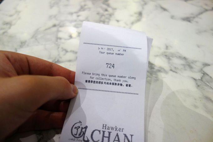 番号札を持って席を探す