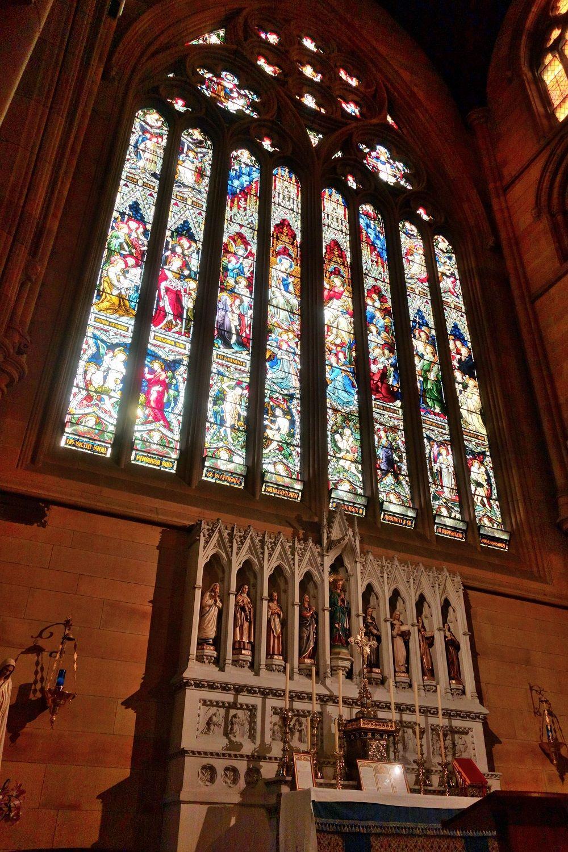 間近で見る美しさ!巨大なステンドグラスとメアリーの像