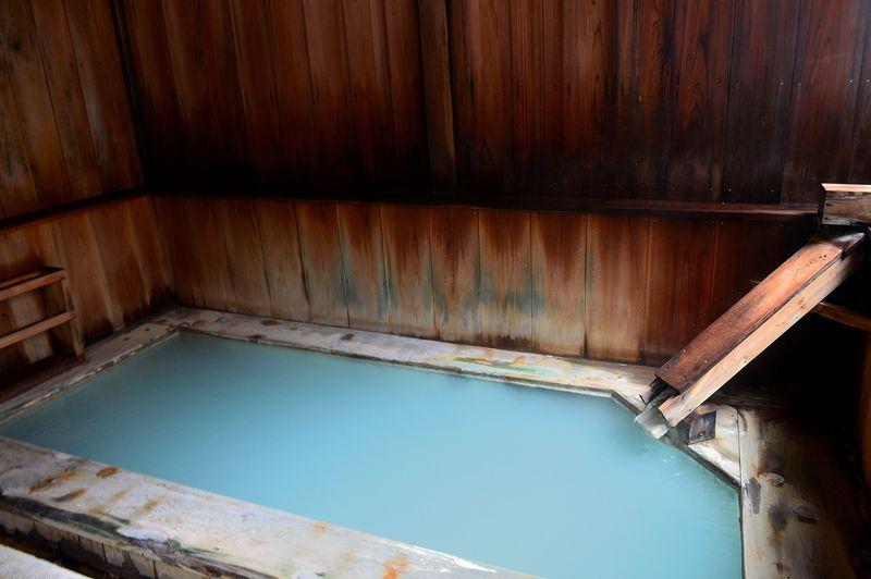 宿泊者限定の幻の温泉!栃木・塩原「秘湯の宿元泉館」の美人の湯巡り