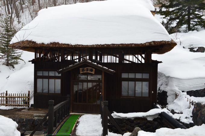 茅葺の湯小屋「玉子湯」