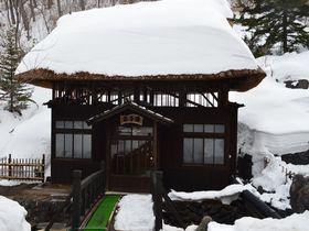 茅葺屋根で入るにごり湯!福島・高湯温泉「玉子湯」は秘湯情緒がたまらない|福島県|トラベルjp<たびねす>