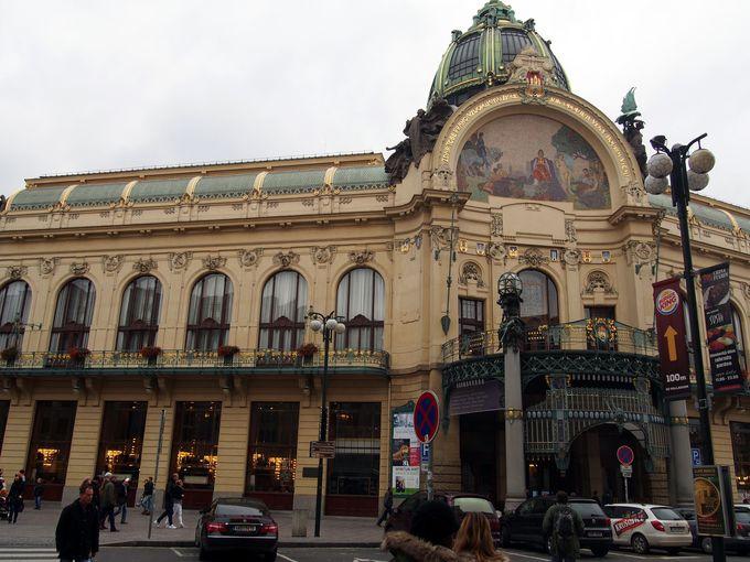 音楽ホールやレストランもあるプラハ市民会館