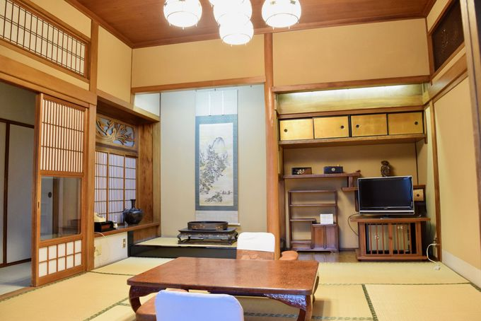 職人によって繊細な装飾が施された和室「浦島」