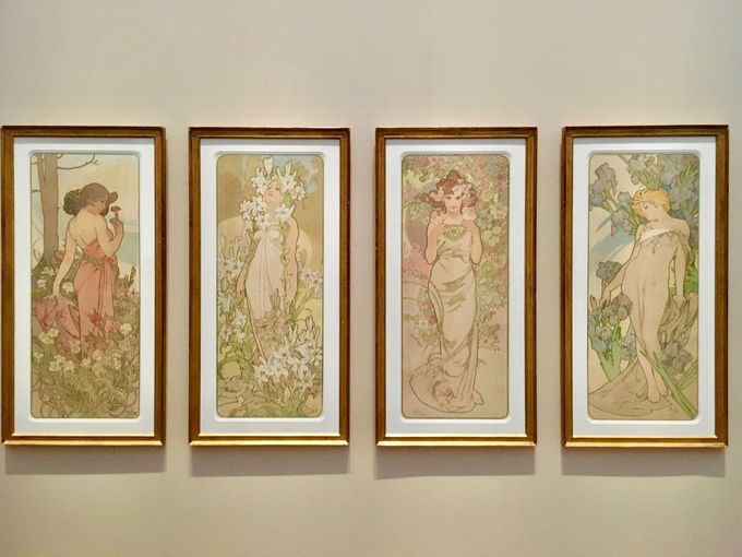 パリ時代の華やかな広告ポスターや装飾パネル