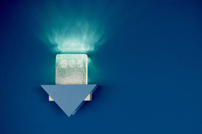 青で統一された館内と遊び心のあるデザイン