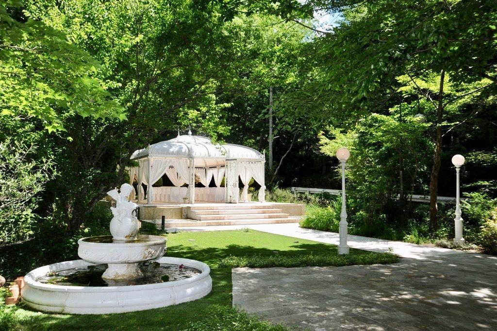 箱根の豊かな自然に包まれた白亜の邸宅