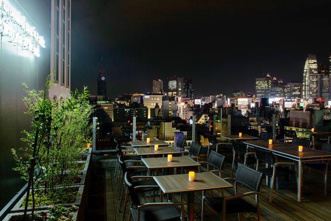 西新宿方面の夜景を一望できる「ルーフトップバー」