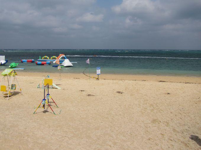 ホテル前は800メートル続く白砂のビーチ