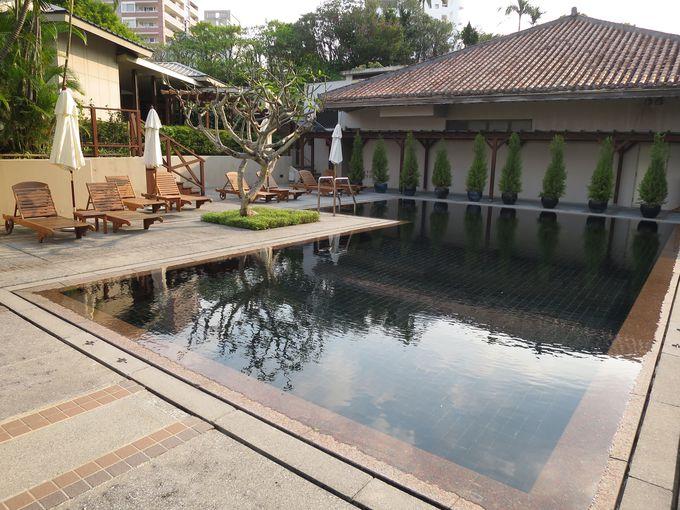 赤瓦の琉球屋根や緑の木々に囲まれたプールでリゾート気分を満喫