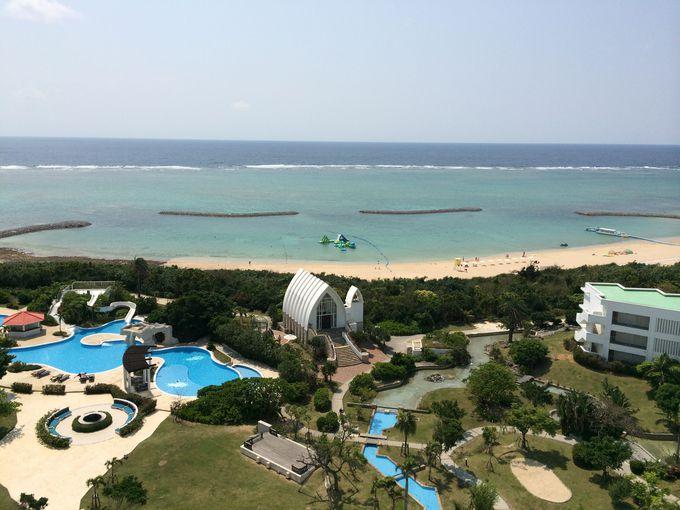眼下に広がるホテルの庭とビーチは、まさにリゾート!