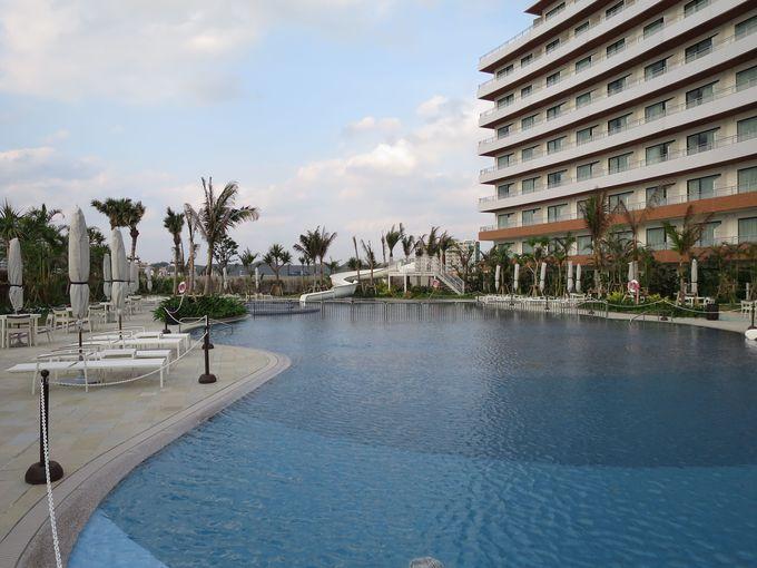 プールは沖縄県最大級の広さで、赤ちゃんから大人まで楽しめる