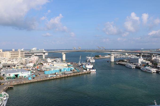 沖縄離島への海の玄関口「とまりん」はこのホテルの真下!