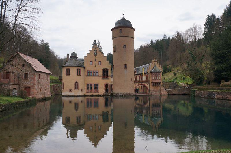 メルヘンの世界へ!ドイツ・湖上の「メスペルブルン城」