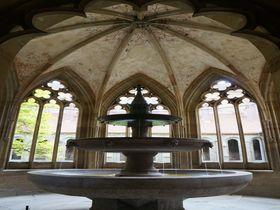 元・美少年の園に春の訪れ ドイツ・マウルブロン修道院のイースター祭