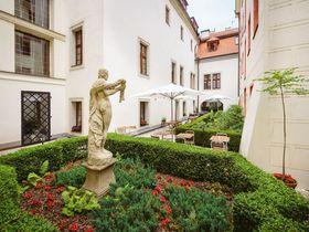 喧騒を忘れる中世のひと時 チェコ・プラハ「エリート」の邸宅ホテルで寛ぎを