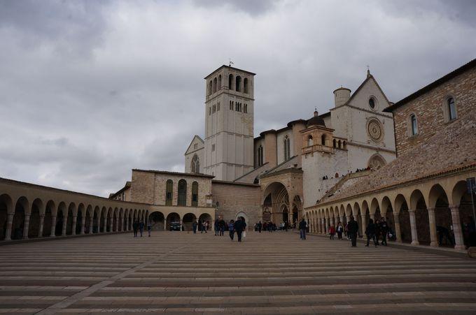 中世の3D!?壁画に度肝を抜かれるサン・フランチェスコ大聖堂