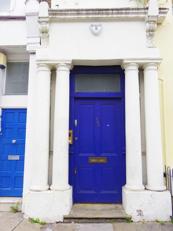 交差点からすぐそこ、ウィリアムの「青いドアの家」