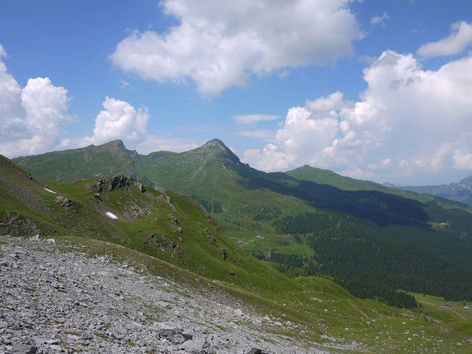 青空の下でヨーロッパアルプスを眺めながらピクニックはいかが?