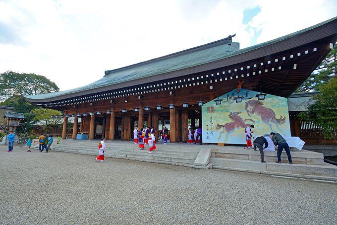 壮大な入母屋造りの外拝殿