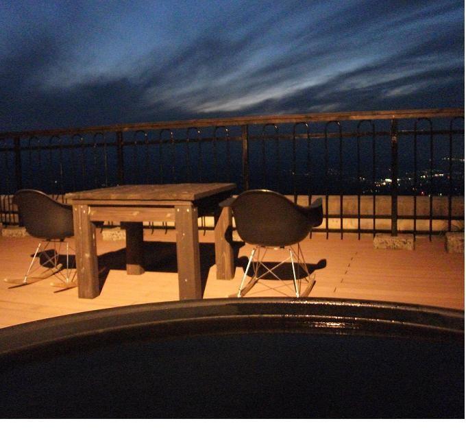 客室露天風呂につかり、標高800mの夜景と星空を一望する贅沢