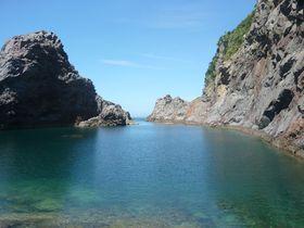 言葉を失う秘境の絶景!東京の離島・神津島の「千両池」が神秘的|東京都|トラベルjp<たびねす>
