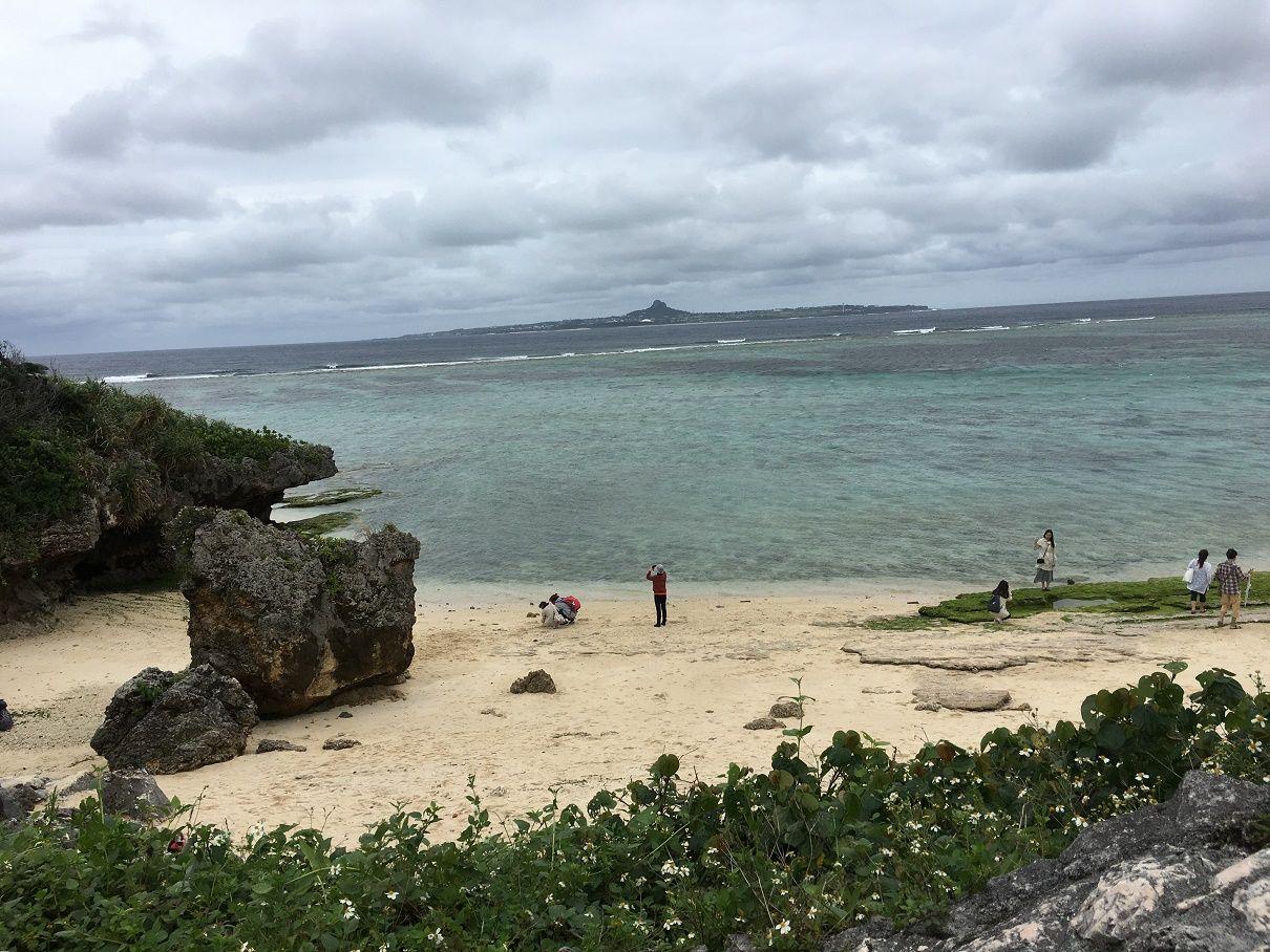 沖縄ならではのきれいな海で散歩しよう!
