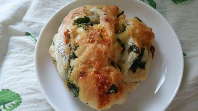 地元野菜を使ったパン「ほうれん草とチェダーチーズ」