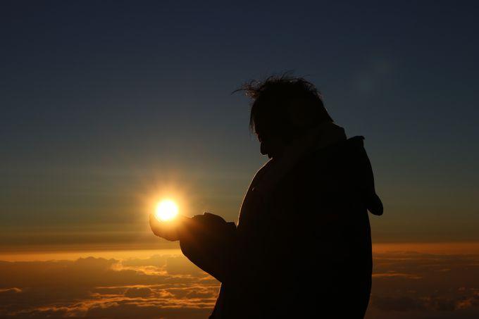 太陽をバックに思い出写真を撮ろう