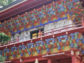 長~い杉並木の先には極彩色の楼門!大田原市「那須神社」|栃木県|トラベルjp<たびねす>