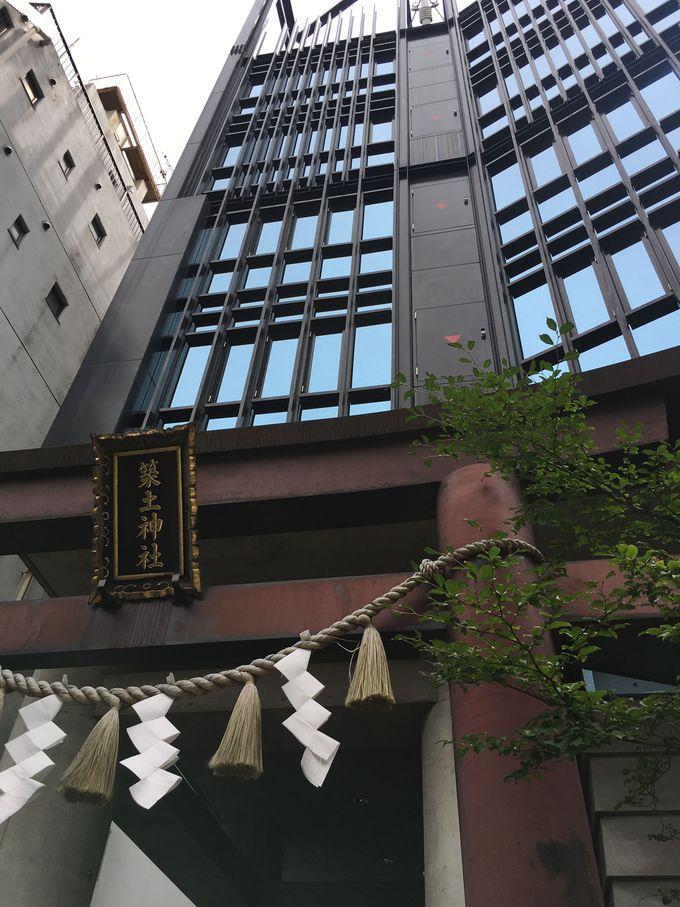 鳥居を見上げると上には・・・思わず驚く現代的な建築!