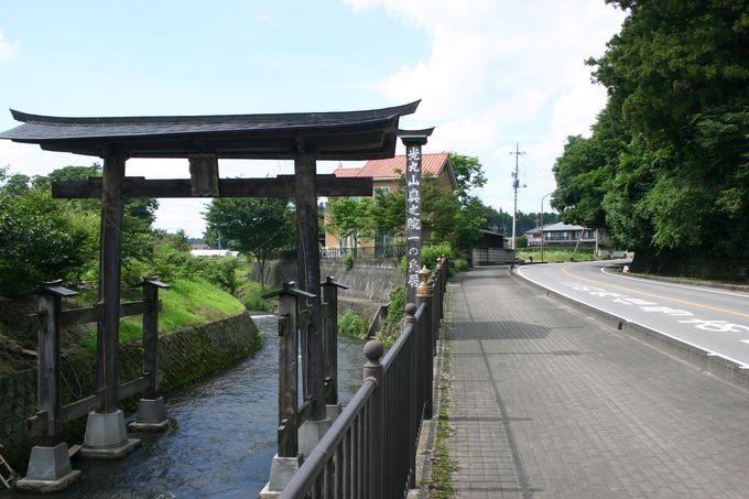 なぜ川に!?全国的にも珍しい「お寺の鳥居」