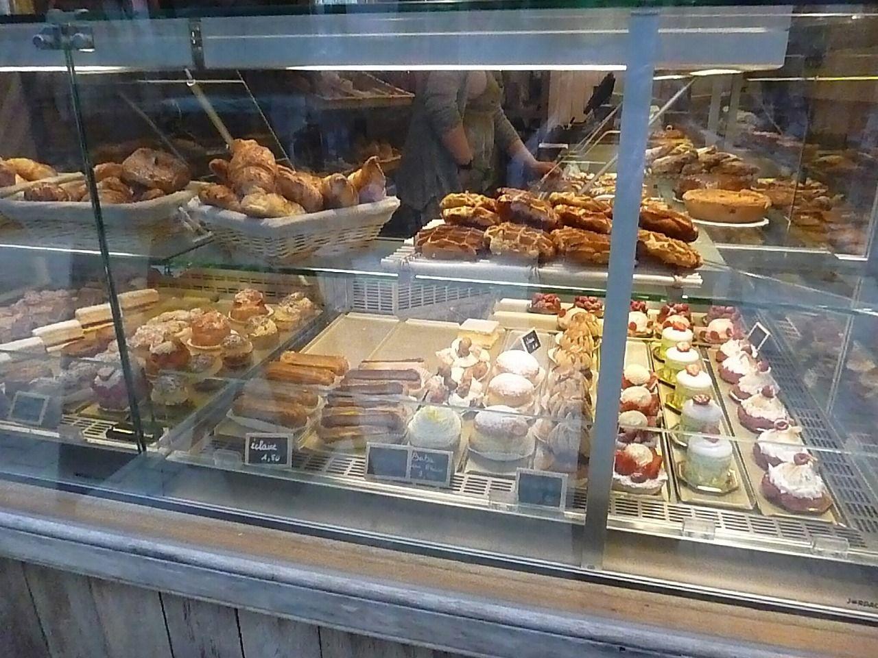 ケーキ屋さんのショーウインドーには、きれいで愛らしいケーキやワッフルが並びます。