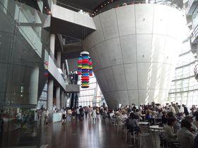 都会の真ん中の憩いの場!国立新美術館をもっと楽しむための見どころガイド