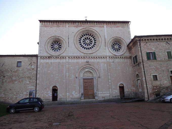 四角いファサードが新鮮!サン・ピエトロ教会