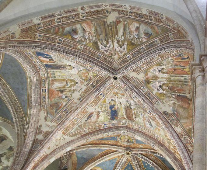 薔薇色の大理石の外観が美しい!サンタ・キアーラ聖堂