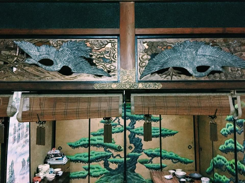 松の襖絵に凝った欄間も手造り!豪華絢爛「冬の間」