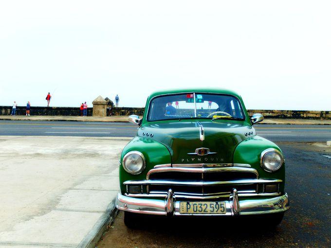 海沿いのマレコン通りとアメ車のコントラスト