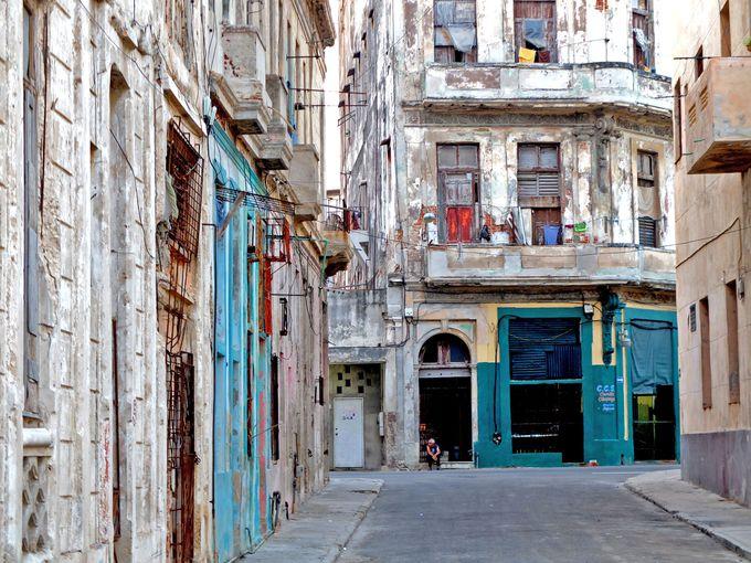 徹底的に朽ち果てたセントロ・ハバナ地区とアメ車の風景