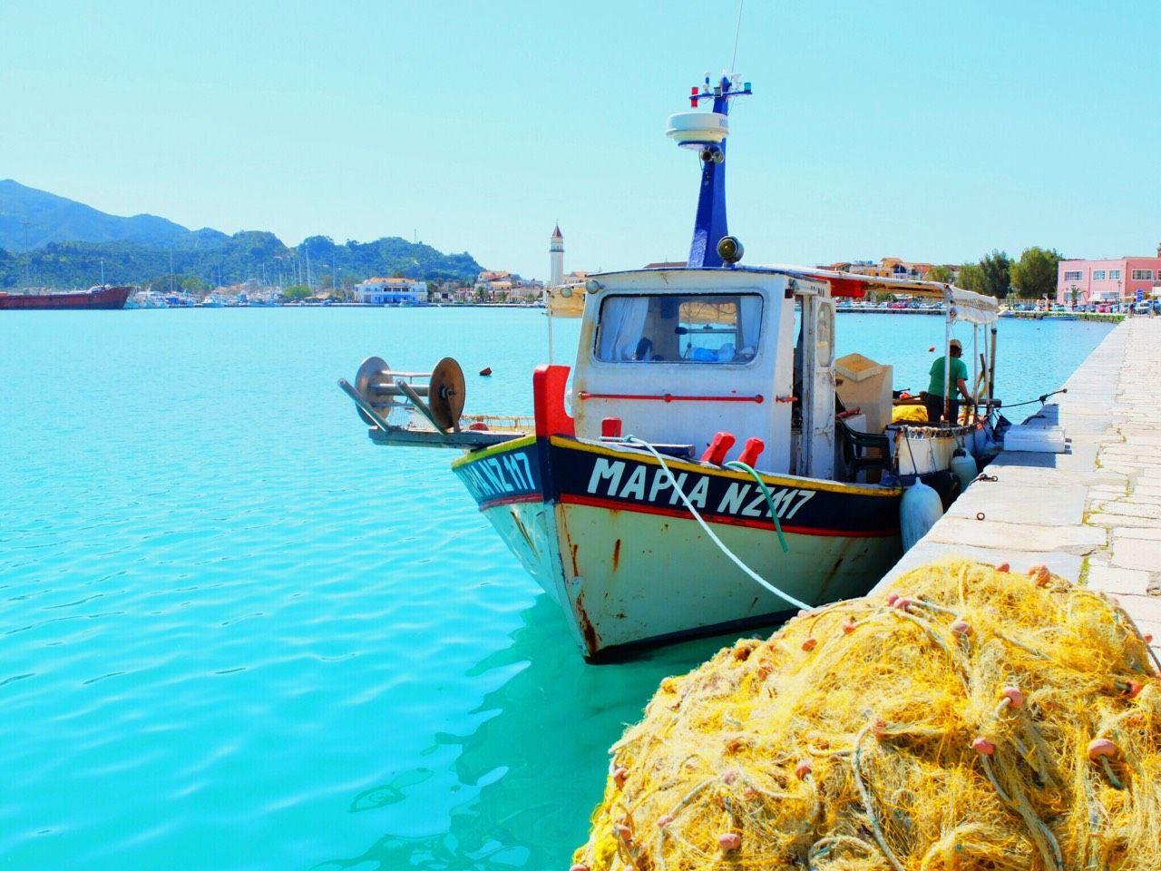 これこそギリシャ!海と空の青さを強調した風景