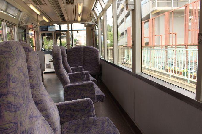 座席が外に向いている展望列車「きらら」