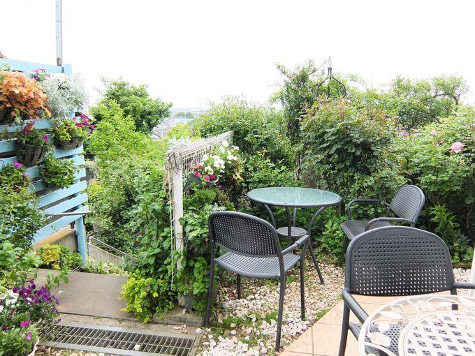 天気のいい爽やかな日にはテラス席で!雨が降っても大丈夫。庭を眺められるサンルームも!