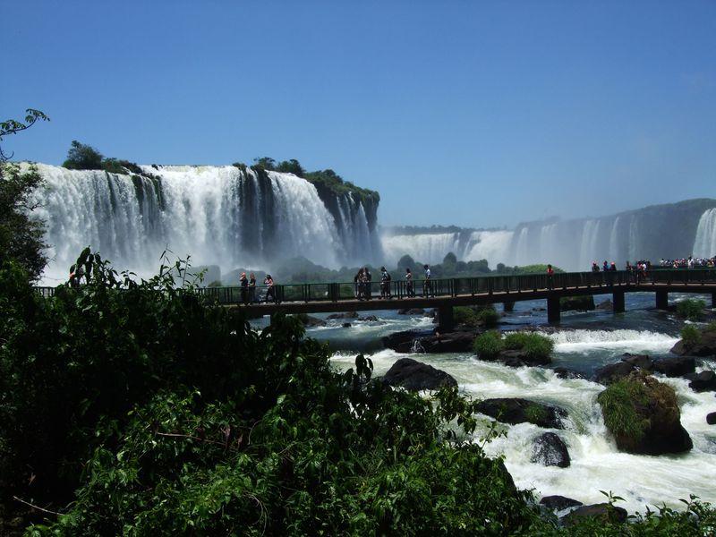 世界三大瀑布!南米イグアスの滝の迫力が凄すぎる!