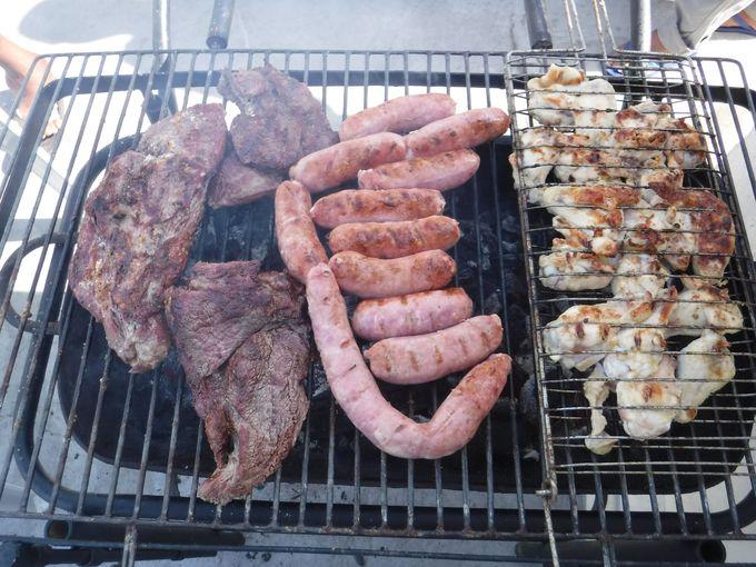 豪快に肉を喰らう「シュハスコ」