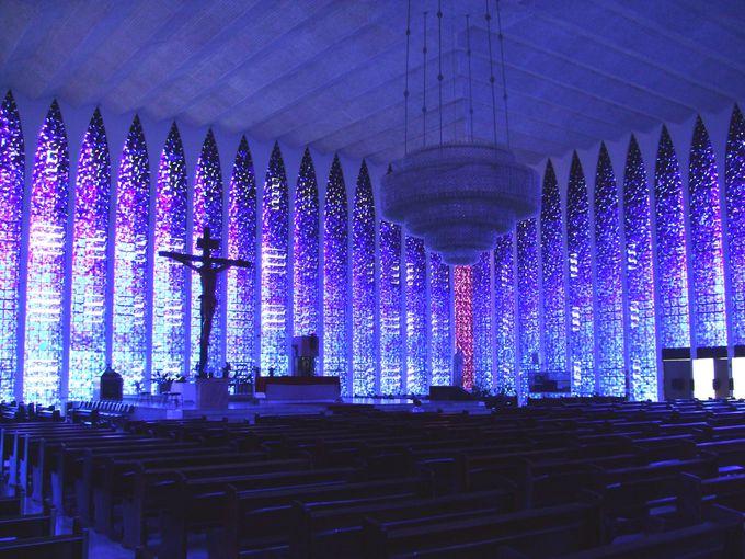 紫のステンドグラスが絶景!ドンボスコ教会