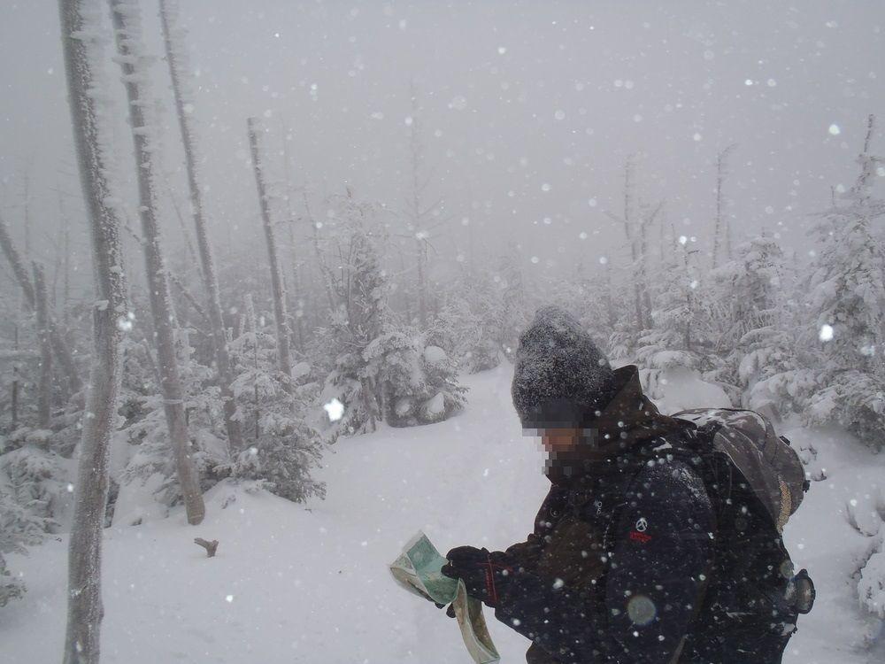 深い雪に足を取られ