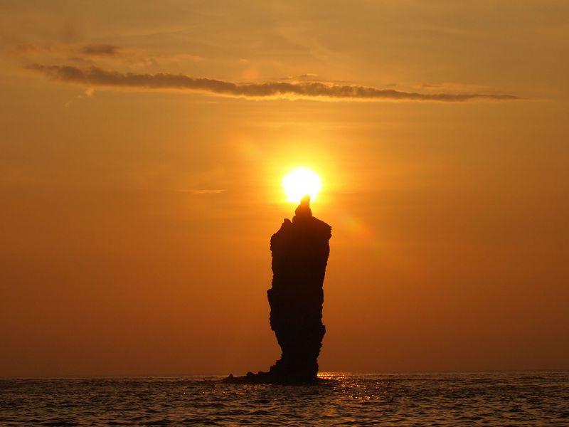 心にもポッとあたたかな光が!隠岐・ローソク島と夕日が織りなす絶景