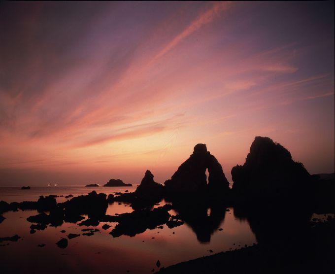 七浦海岸「夫婦岩」で、神話の世界に思いを馳せながら観る夕陽