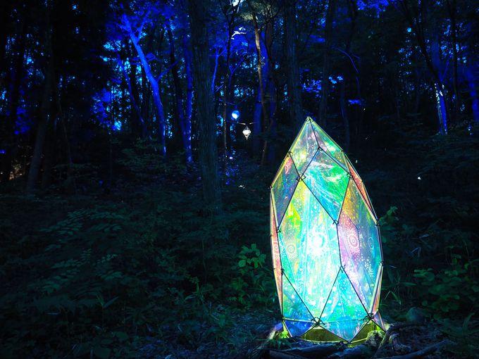 「妖精の小径」の虹色にきらめくオブジェ